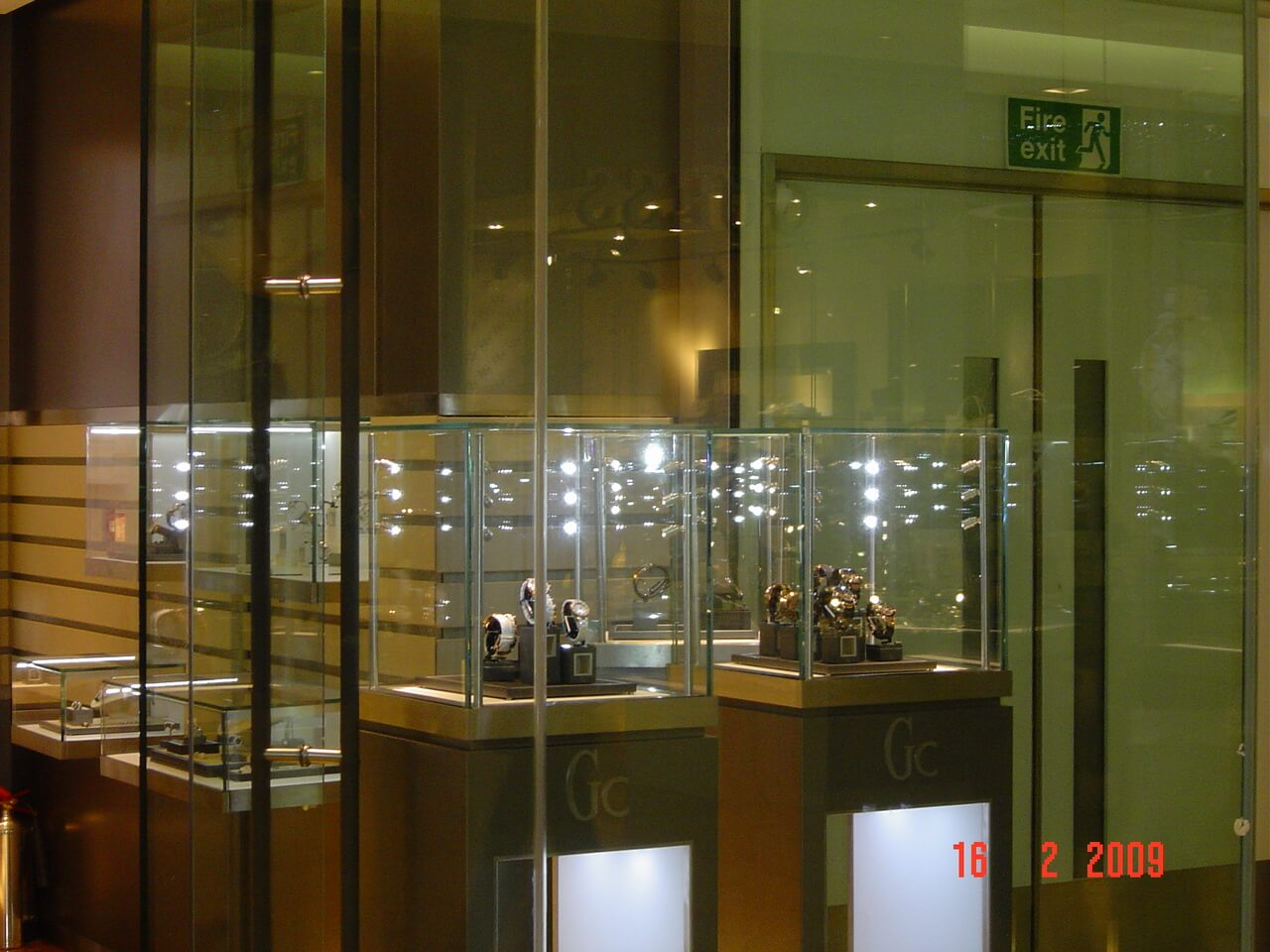 display-cases-london-store-2-mjlighting